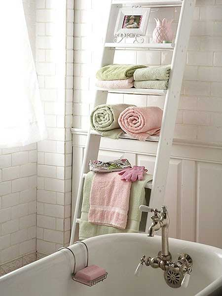 Ladder-Organizer-in-Bathroom